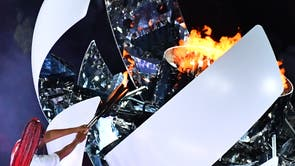 An overview shows Japan's tennis player Naomi Osaka lighting the flame of hope in the Olympic Cauldron during the opening ceremony of the Tokyo 2020 olympiske leker, at the Olympic Stadium, i Tokyo