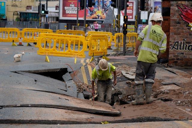 Hulpprogrammeurs ondersoek 'n sinkgat van 15 x 20 voet op Green Lane, Liverpool, wat vermoedelik veroorsaak is deur gebroke waterleiding