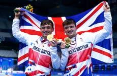 东京奥运会: Tom Daley and Matty Lee win synchronised 10m gold for Britain
