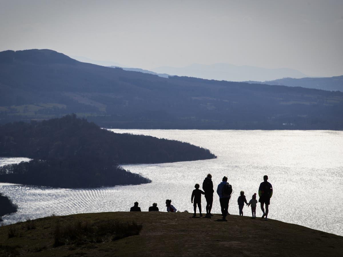 男は妻と息子が湖の悲劇に溺れるのを防ぐために無駄に試みました