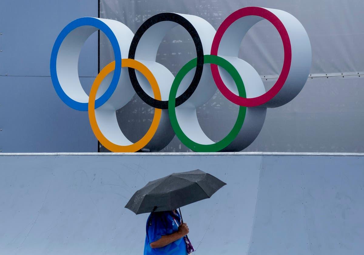 垣間見る: As rain arrives and typhoon nears, Olympics endure