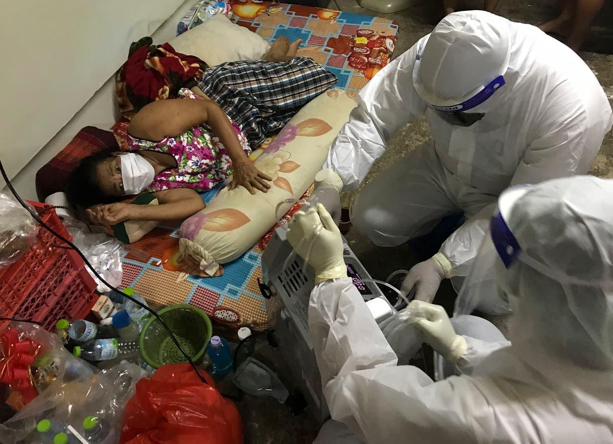 Photos de l'AP: Volunteers aid COVID ill in stressed Thai capital
