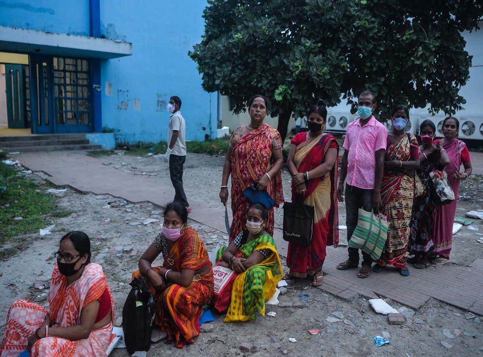 <p>FILE. People stand in a queue as they wait for a Covid-19 coronavirus vaccine at the North Bengal Medical college and hospital on the outskirts of Siliguri on 26 七月, 2021. &lt磷/p>