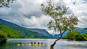 Les canoteurs sur le lac Llyn Padarn à Snowdonia, Gwynedd. Il a été annoncé que le paysage d'ardoise du nord-ouest du Pays de Galles a obtenu le statut de patrimoine mondial de l'UNESCO