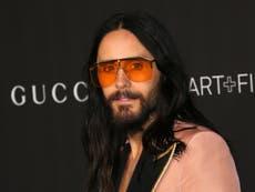 Maison Gucci: Jared Leto est méconnaissable en gros costume et prothèses dans la première affiche du film Lady Gaga