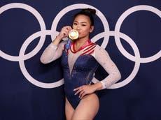 Olimpíadas de Tóquio: USA's Sunisa Lee wins gymnastics all-around gold in absence of Simone Biles