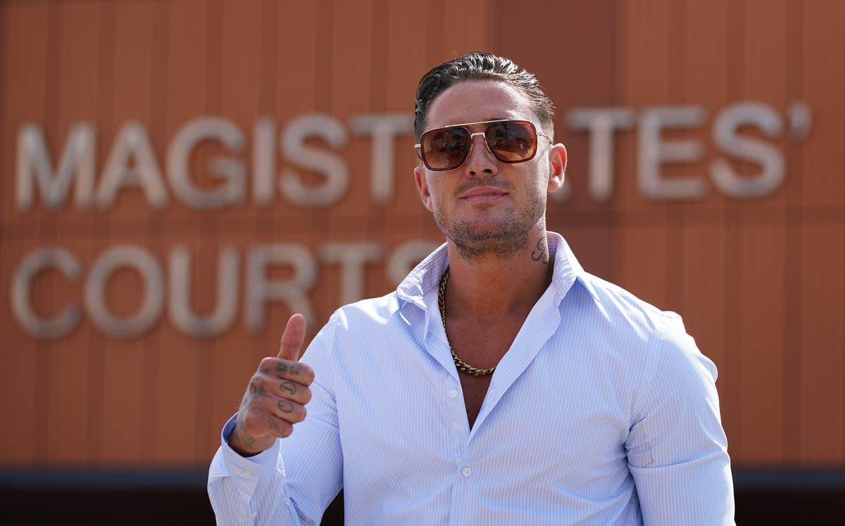 リアリティTVのパーソナリティであるスティーブンベアーが、盗撮とリベンジポルノの告発を否定した後、裁判に直面する