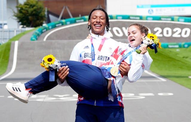 Groot -Brittanje se Bethany Shriever en Kye Whyte vier onderskeidelik hul goue en silwer medaljes vir die fietsry BMX -wedrenne in die Ariake Urban Sports Park op die sewende dag van die Tokio 2020 Olimpiese Spele in Japan