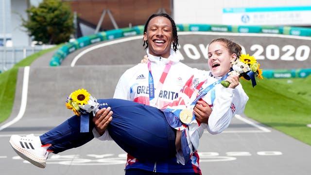 Les Britanniques Bethany Shriever et Kye Whyte célèbrent respectivement leurs médailles d'or et d'argent pour le cyclisme BMX Racing au Ariake Urban Sports Park le septième jour du Tokyo 2020 Jeux Olympiques au Japon