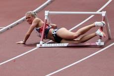 Hjertesorg for GBs Jessie Knight da hun krasjer i første hinder i 400m hekk -heat