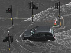 気候危機: 極端な雨が「数百万人を危険にさらす」ため、キャンペーン担当者は全国的な鉄砲水警報システムを求めています