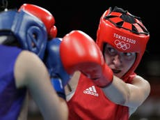 Olimpiese Spele: Karriss Artingstall takes bronze as Tokyo's brilliant boxing event reaches halfway mark