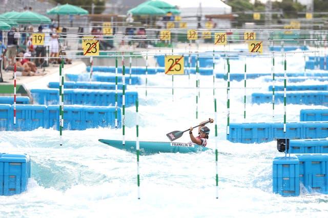 Span GB se Mallory Franklin tydens die Women's Canoe Slalom Final op dag ses van die Olimpiese Spele in Tokio. Sy het die silwer medalje gewen