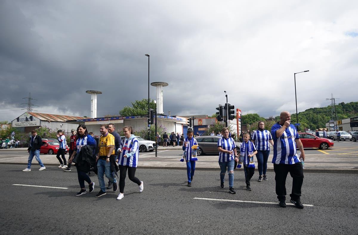 Besluite oor entstofpaspoort word aan klubs oorgelaat terwyl EFL voorberei om hervat te word