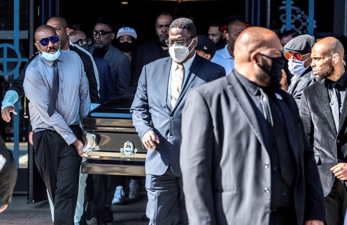 笑い, 涙, ビズ・マーキーの葬式で歓声を上げる
