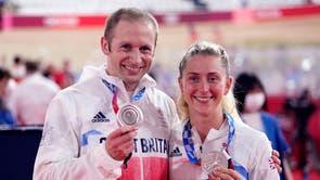 Laura Kenny en Jason Kenny van Groot -Brittanje met hul silwermedaljes vir die Women's Team Pursuit en Men's Team Sprint tydens die baanfietsry by die Izu Velodrome op die elfde dag van die Tokio 2020 Olimpiese Spele in Japan
