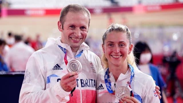 Les Britanniques Laura Kenny et Jason Kenny avec leurs médailles d'argent pour la poursuite par équipes femmes et le sprint par équipes hommes lors du cyclisme sur piste au vélodrome d'Izu le onzième jour du Tokyo 2020 Jeux Olympiques au Japon