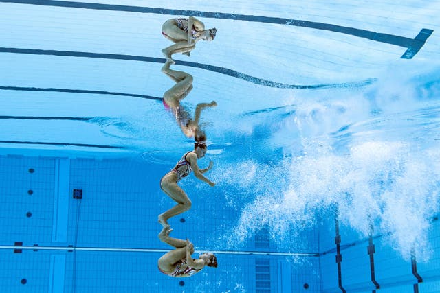 An underwater view shows France's Charlotte and Laura Tremble during the women's duet technical routine artistic swimming event at the Tokyo 2020 奥运会