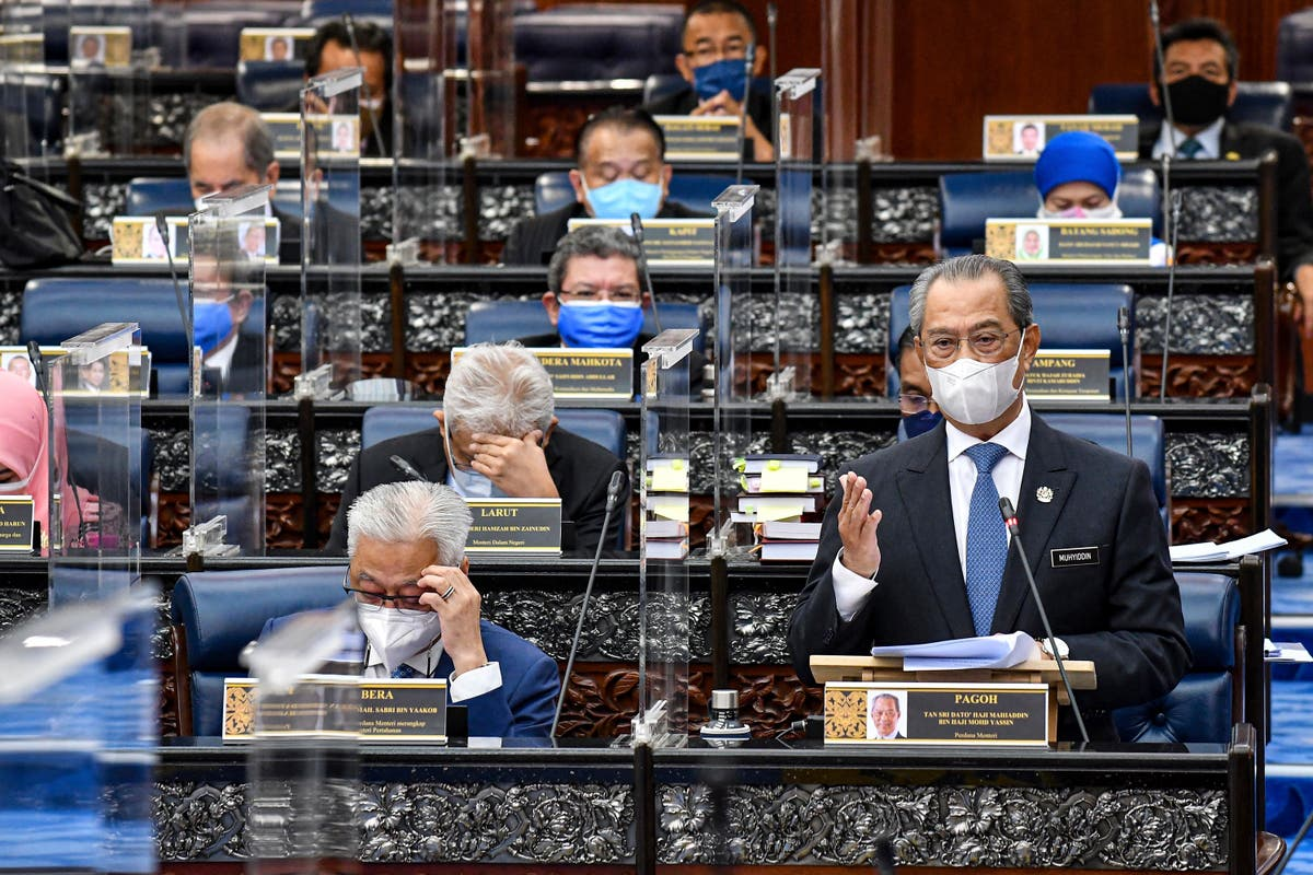 Malaysian PM refuses to resign, delays vote by a month