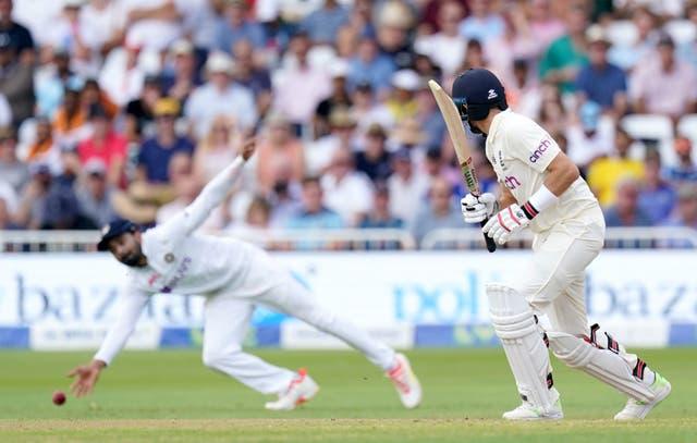 Engeland se Joe Root lyk as die Indiese KL Rahul dit nie tydens die eerste dag van Cinch First Test -wedstryd op Trent Bridge haal nie, Nottingham