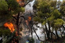 Greece fires: Thousands evacuated from Athens suburb as wildfires rage amid worst heatwave in 30 années