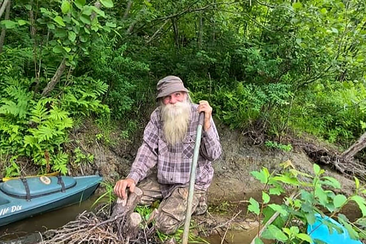 Off-the-grid 'River Dave' ordered out of private woodland despite locals supporting him for 27 年