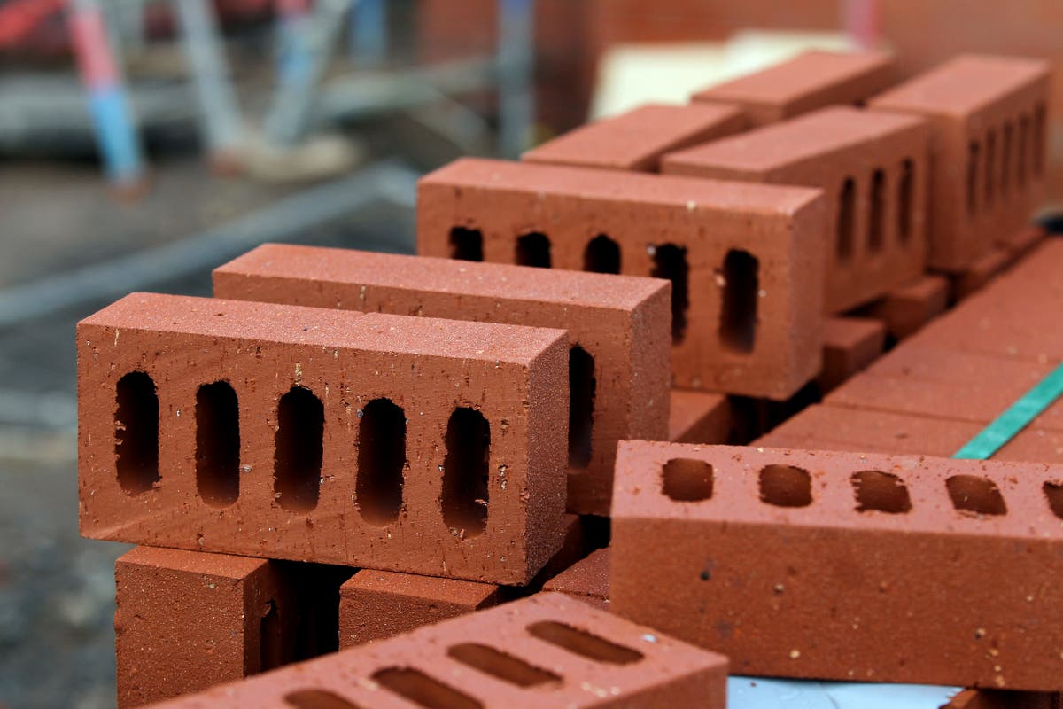 Shortage of workers and rising costs hitting construction growth, report warns