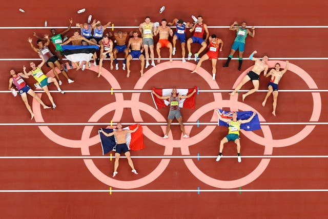 The Men's Decathletes pose for a photo following their competition on day thirteen of the Tokyo 2020 Olympic Games at Olympic Stadium in Tokyo, 日本