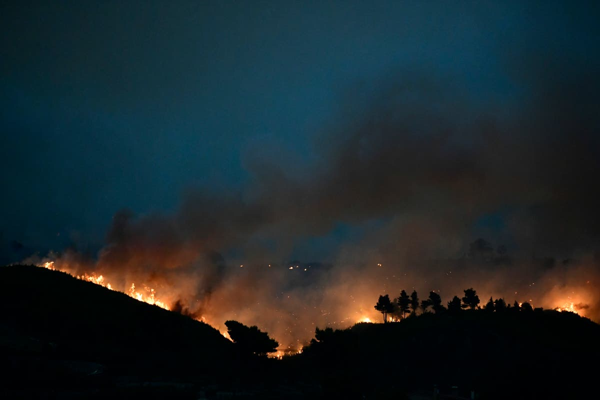 Thousands more flee fires outside Athens amid heat wave