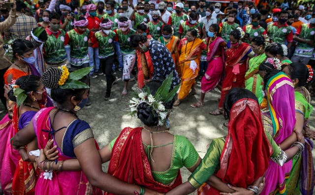 People perform a folk dance to traditional music as they celebrate the International Day of the World's Indigenous Peoples in Mumbai, 印度