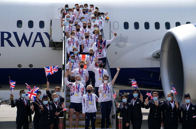 Die laaste atlete uit Groot -Brittanje kom tuis, insluitend Jason Kenny, Laura Kenny en Katie Archibald (voor links-regs) op die lughawe Heathrow, Londen na die Tokio 2020 Olimpiese Spele