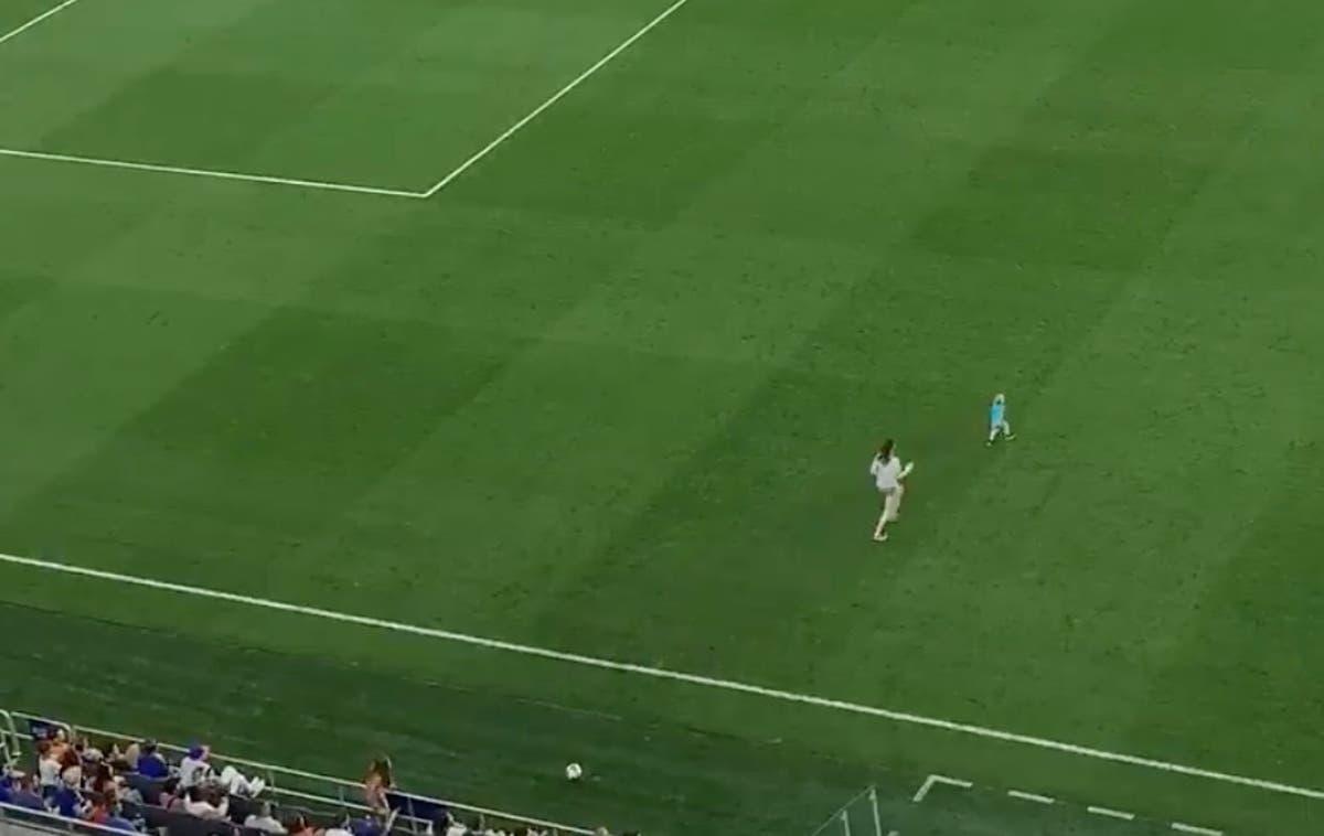Maman toboggan s'attaque à son tout-petit après qu'un jeune ait envahi le terrain lors d'un match de la MLS