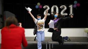 Les étudiants réagissent après avoir reçu leurs résultats du A-Level à l'Ark Academy, à Londres
