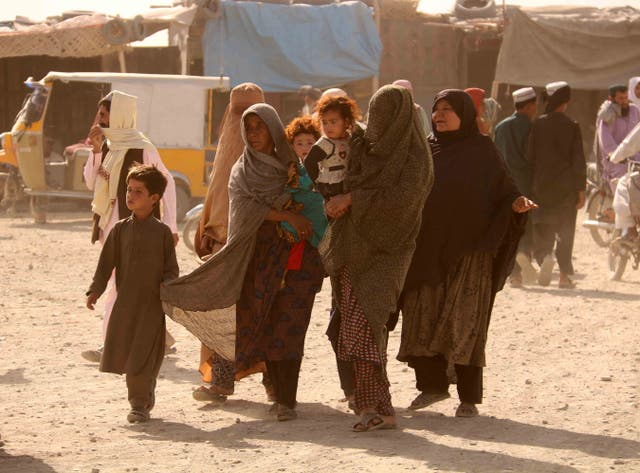 People stranded at the Pakistani-Afghan border wait for its reopening after it was closed by the Talibans, who have taken over the control of the Afghan side of the border at Chaman, 巴基斯坦