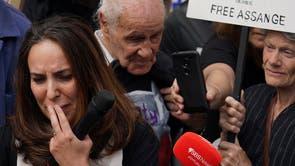 Stella Moris (la gauche) réagit après avoir parlé aux médias devant la Haute Cour de Londres, following the first hearing in the Julian Assange extradition appeal, n Londres,suite à la première audience de l'appel d'extradition de Julian Assangel. Le gouvernement américain a remporté le dernier tour de sa candidature à la Haute Cour pour faire appel de la décision de ne pas extrader Julian Assange pour espionnage