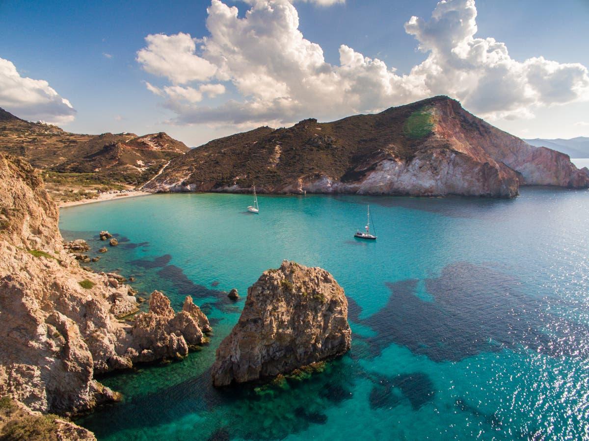 イギリスの船が「ギリシャの島から沈没」して救助活動を開始