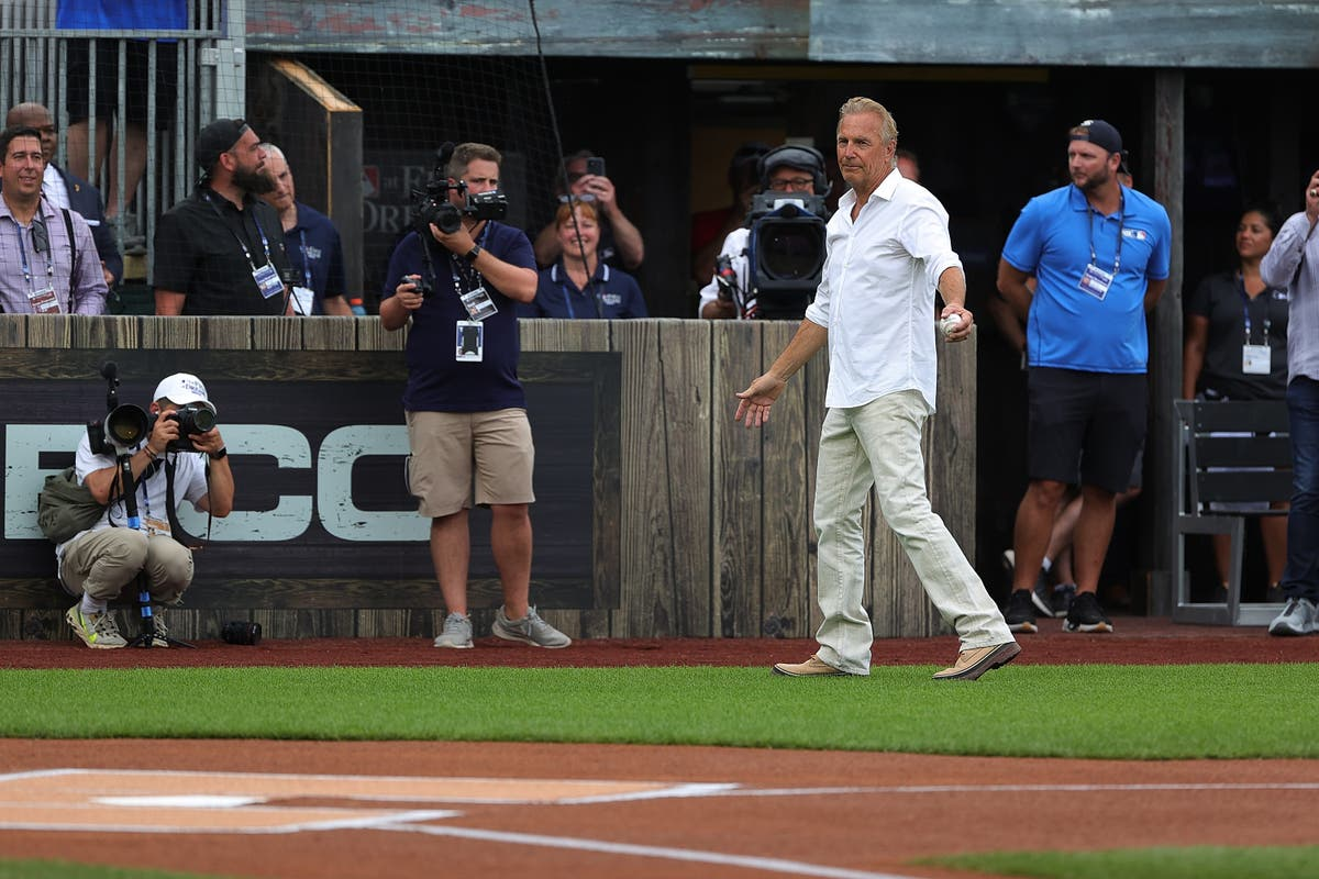 Kevin Costner leads out Yankees and White Sox onto Field of Dreams