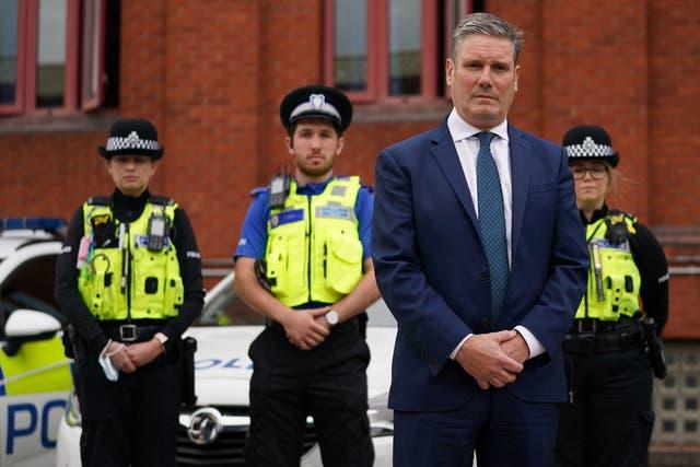 Arbeidsleier sir Keir Starmer neem deel aan 'n minuut se stilte by die polisiekantoor in Wolverhampton vir die slagoffers van die massaskietery in Plymouth verlede week