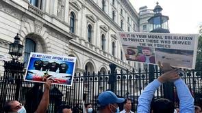 Ex-intérpretes e veteranos afegãos fazem uma manifestação fora de Downing Street, pedindo apoio e proteção para intérpretes afegãos e suas famílias