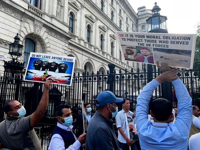 Voormalige Afghaanse tolke en veterane hou 'n betoging buite Downingstraat, vra vir ondersteuning en beskerming vir Afghaanse tolke en hul gesinne