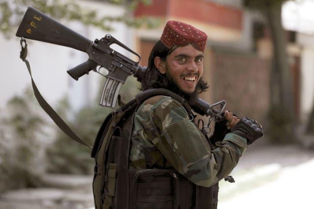 A Taliban fighter patrols in Wazir Akbar Khan in the city of Kabul, 阿富汗