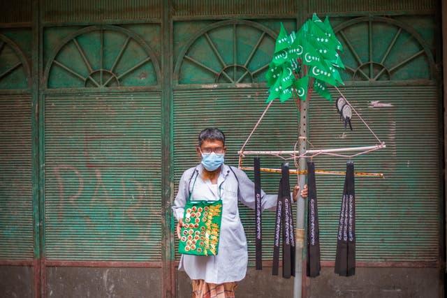 Bangladeshi vendor sells a religious item during a Muharram event at the premises of Hussaini Dalan in Dhaka, 孟加拉国