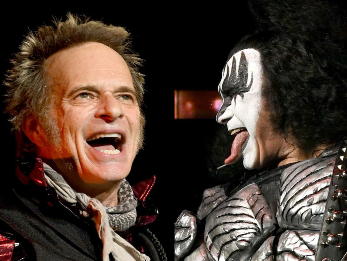 David Lee Roth responds to Gene Simmons' insults with a middle finger