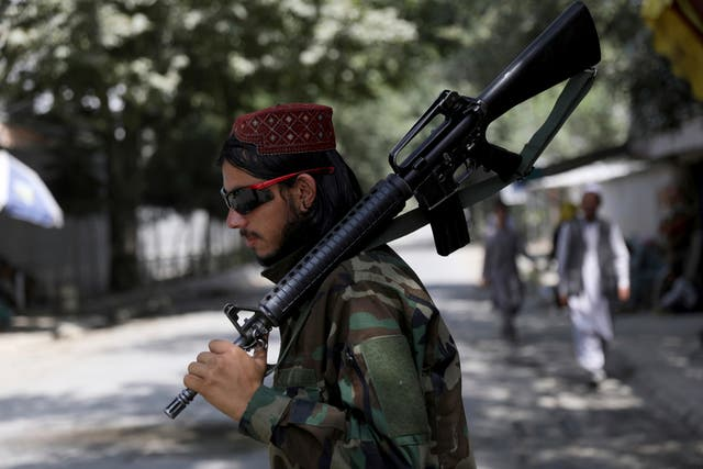 A Taliban fighter stands guard at a checkpoint in the Wazir Akbar Khan area in the city of Kabul, 阿富汗