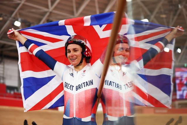 Goue medaljewenner, Groot -Brittanje se fietsryer, Sarah Storey, vier na die wen van die C5 3000m Individuele Pursuit -eindstryd vir vroue in Tokio 2020 Paralimpiese Spele. Dit was haar 15de Paralimpiese goud