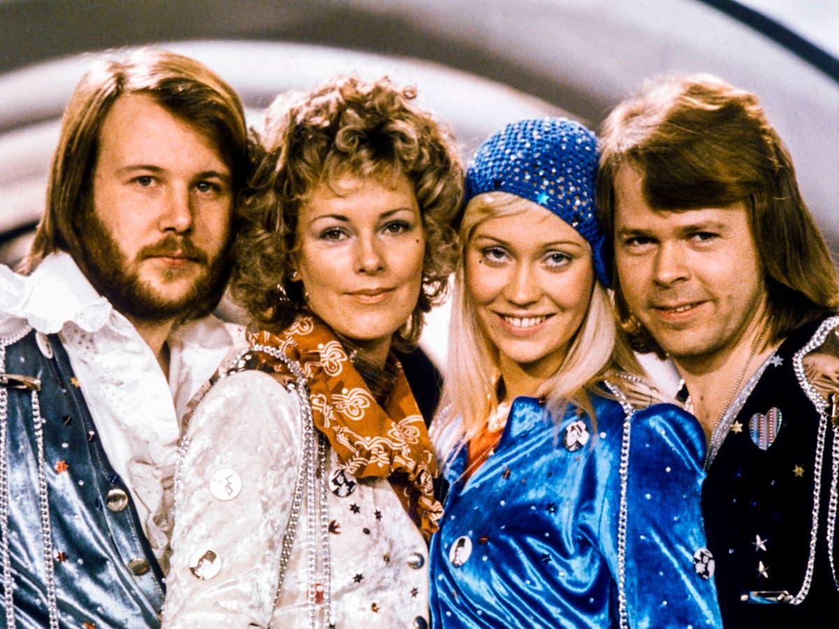 ABBAファンは、バンドが40年近く離れた後、新しいプロジェクトをからかうと反応します