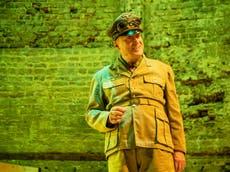 Revue Il était une fois la Tunisie occupée par les nazis, Théâtre Almeida: L'excentrique d'Adrian Edmondson vole la vedette