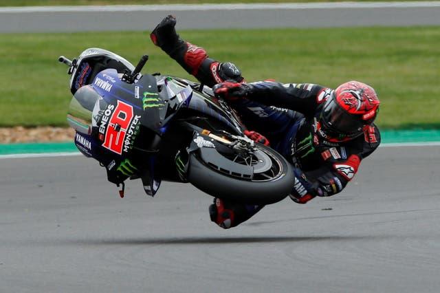 Fabio Quartararo stort neer tydens 'n MotoGP -oefensessie tydens die Britse Grand Prix, Silverstone -kring