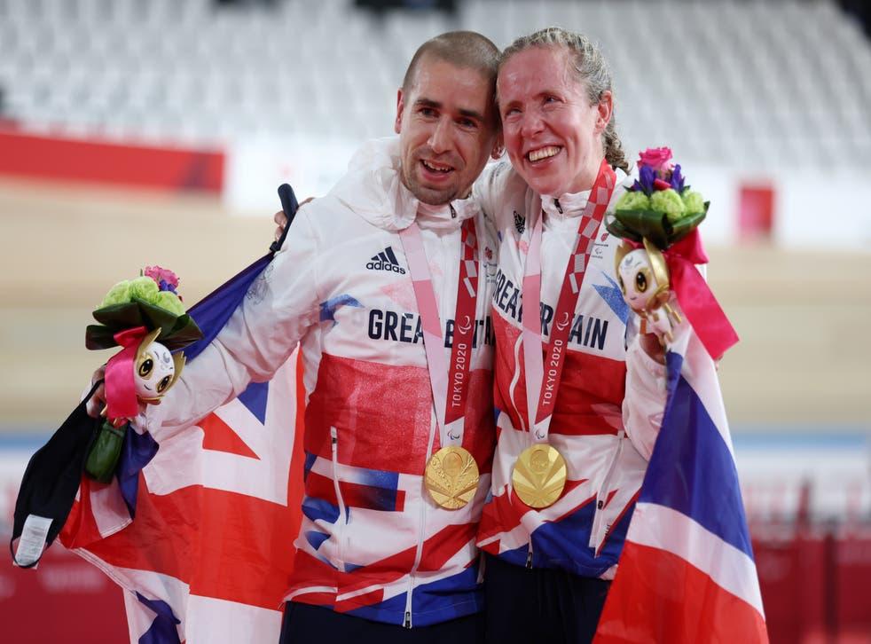 <p>Gold medalists Neil Fachie and Lora Fachie celebrate at the Izu Velodrome</磷>