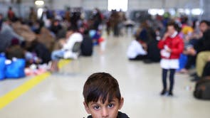 A child that was evacuated from Afghanistan looks on at the U.S. airbase in Ramstein, 德国